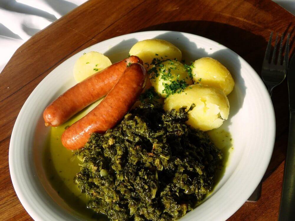 Ein teler mit grünkohl, Kartoffeln und Mettwurst
