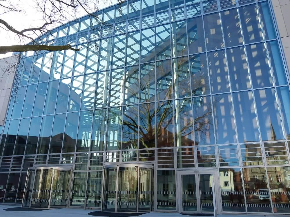 Gläserner Eingangsbereich der neuen UB