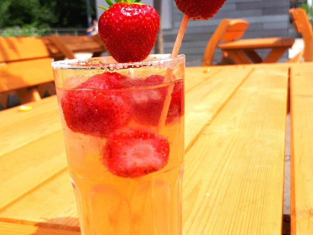 Ein Glas mit Erdbeerbowle auf dem Tisch der Auszeit