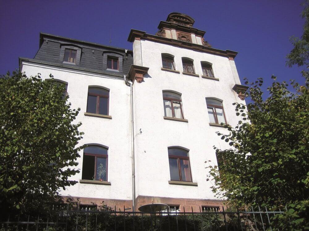 Blick auf das Bettinahaus mit seiner weißen Fassade