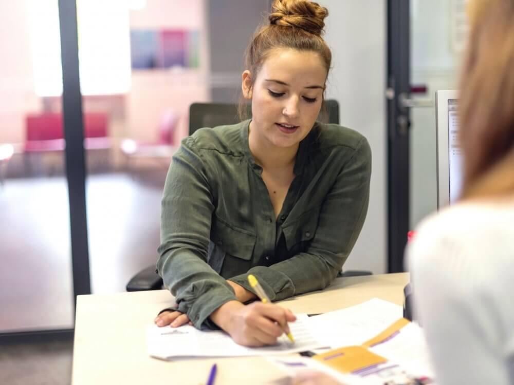 Eine Frau in einer Beratungssituation