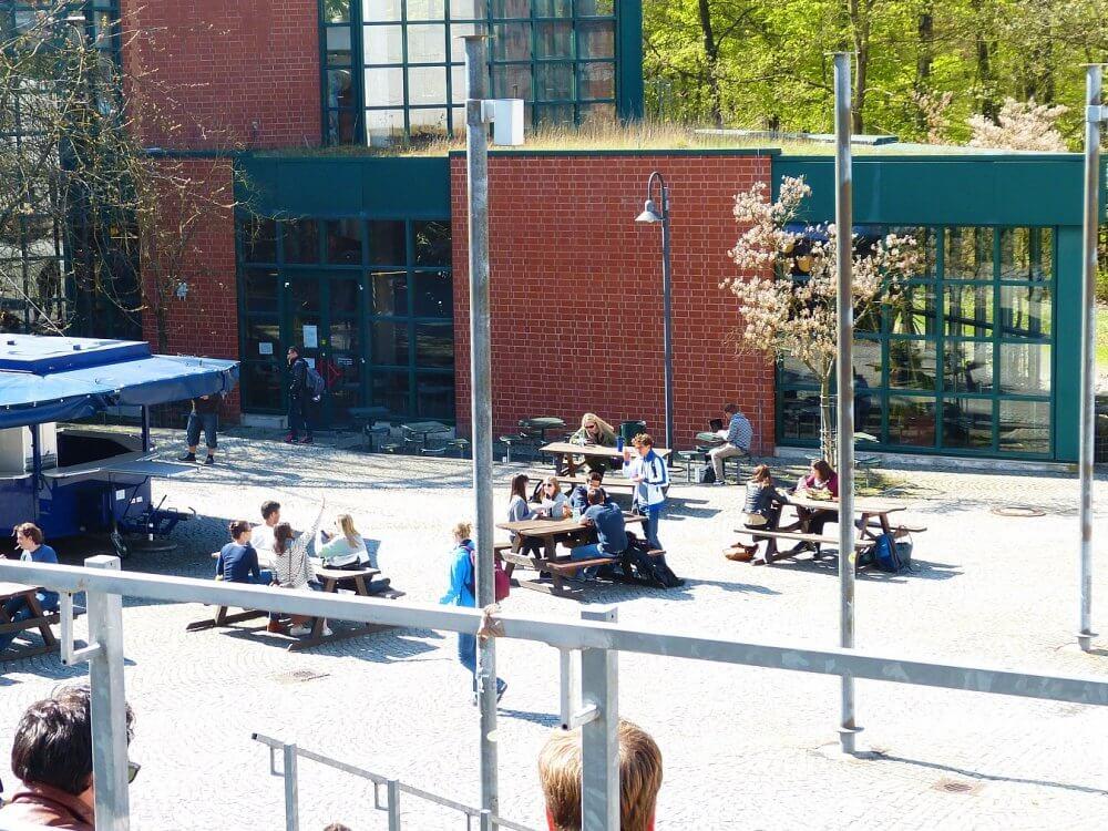 Blick auf die Mensa Lahnberge im Sommer