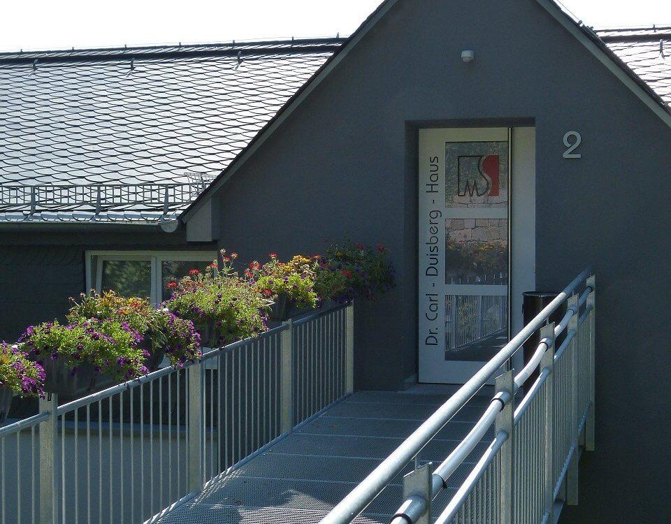 Blick auf den Eingangssteg des Dr. Carls duisberg Hauses