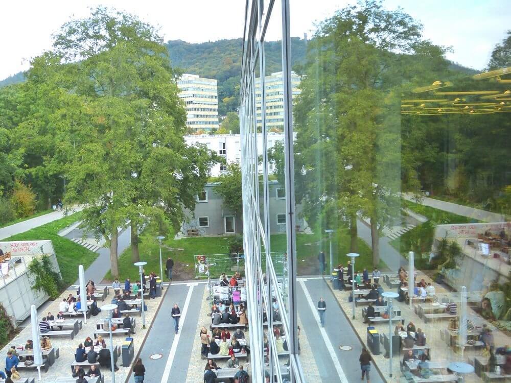 Blick auf den Innenhof vor dem Studentenhaus