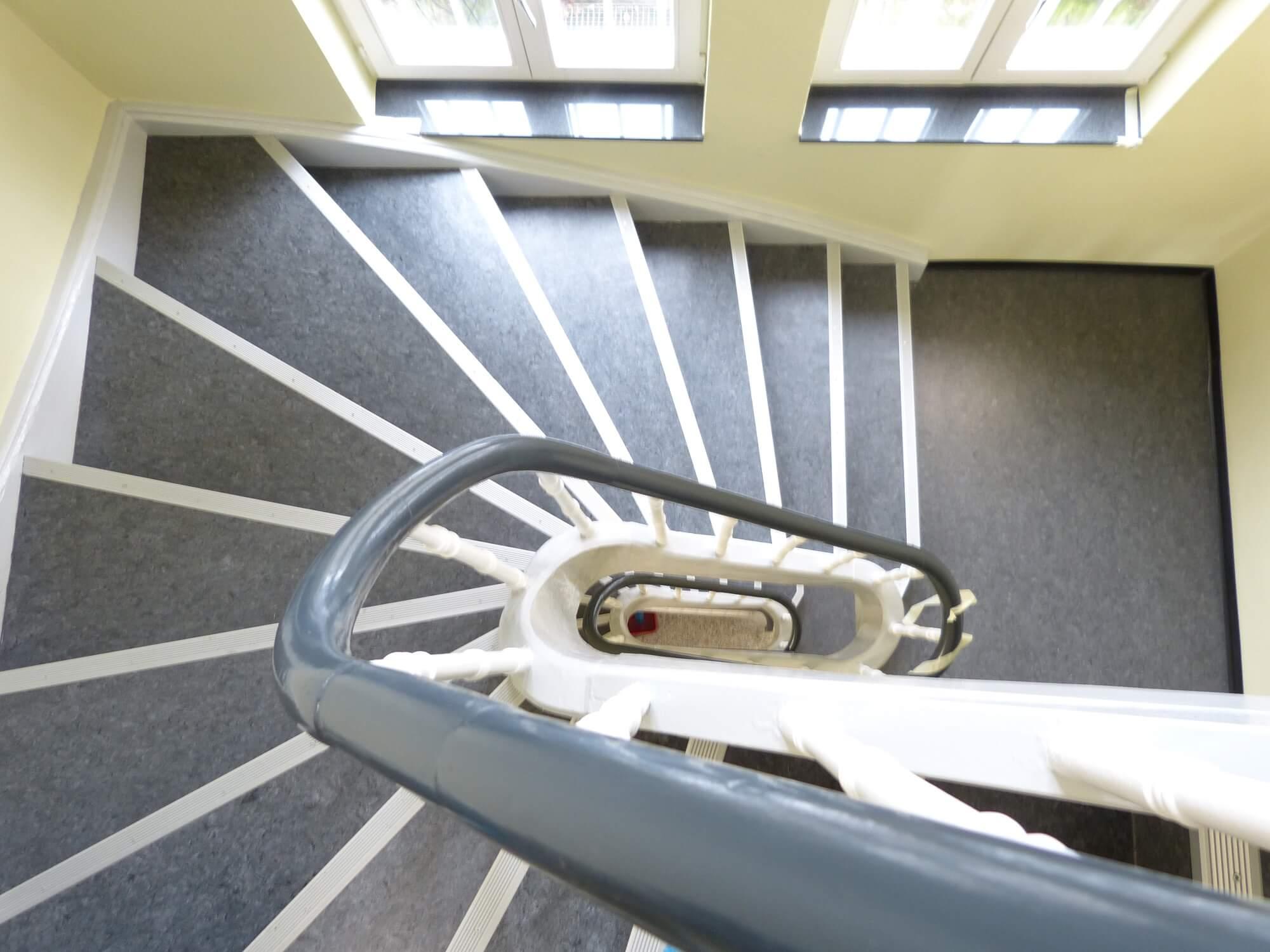 Blick von oben auf das Treppenhaus der Ritterstraße 13