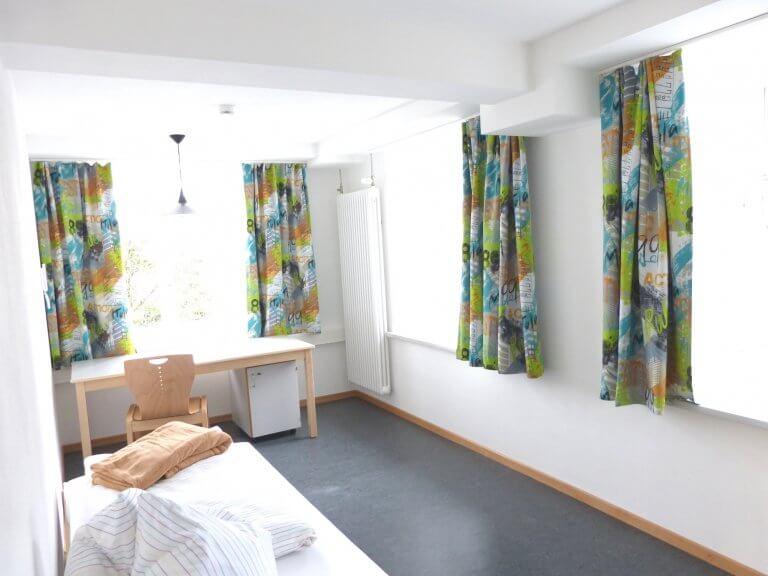 Blick in ein helles Zimmer in der Ritterstraße - zwei fenster sind zu sehen.
