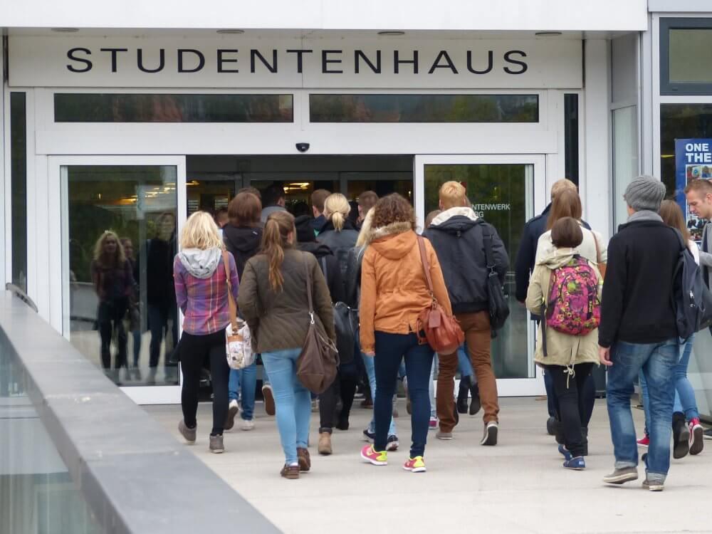 Studierende betreten das Studentenhaus am Erlenring