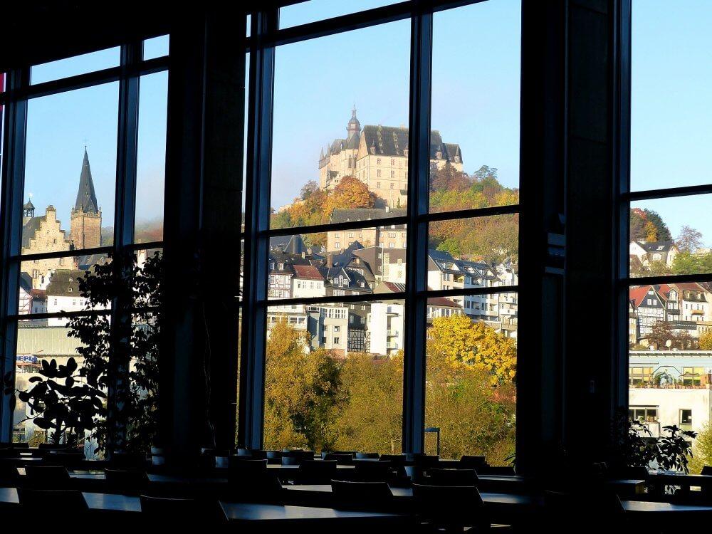 Blcik aus dem Speisesaal heraus auf das Marburger Schloss