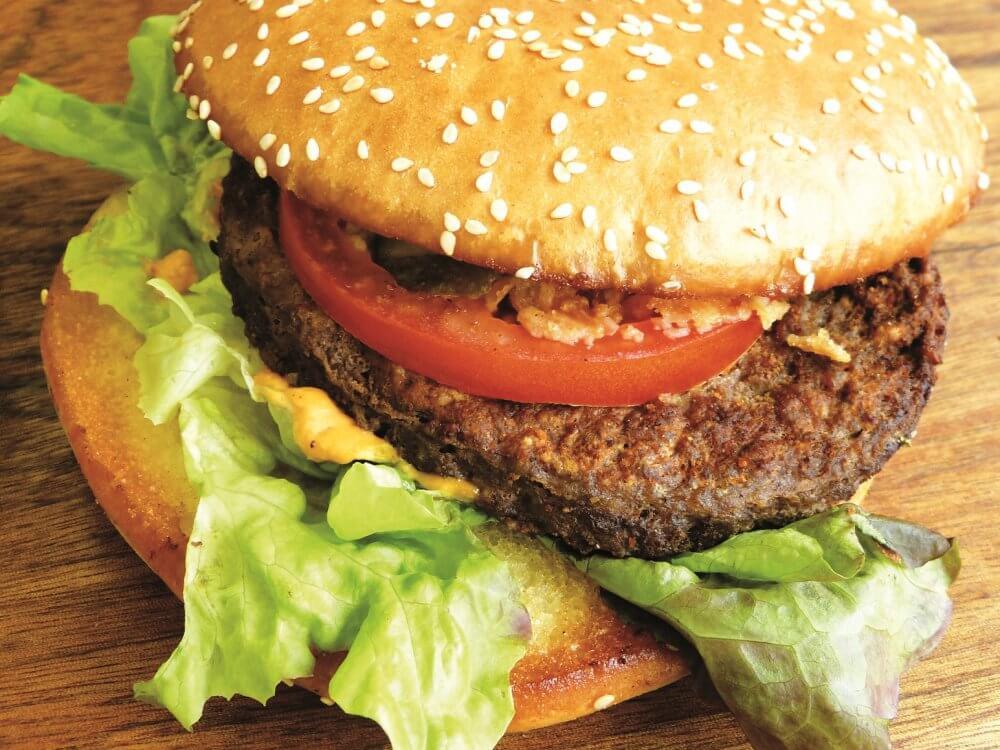 Burger mit Salat und tomate
