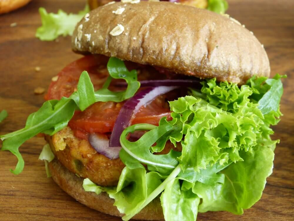 Burger mit Salat nd Tomate