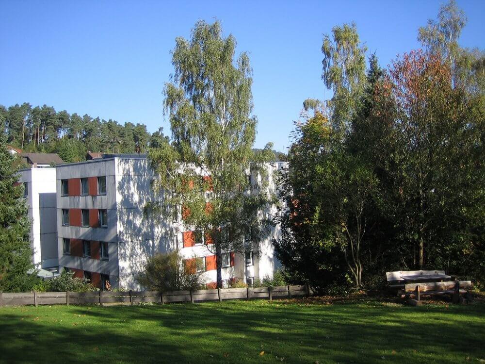 Blick auf das Wohnheim in Wehrda und die Wiese davor