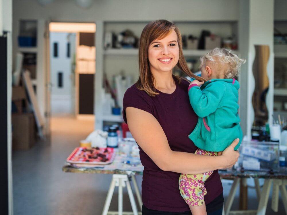 Eine Frau hält ein Kind auf dem Arm