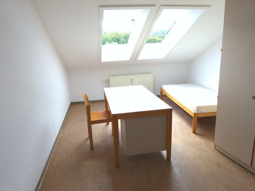 Zimmer mit Dachschräge und Dachfenster