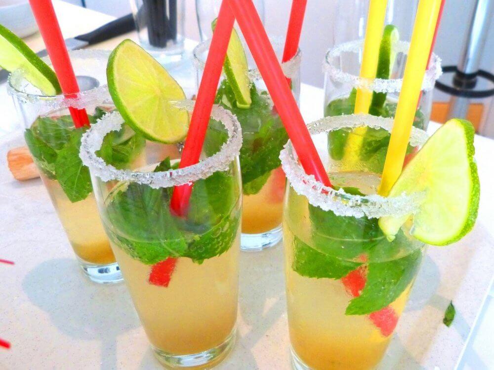 Cocktailgläser mit Zuckerrand