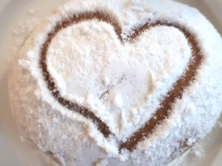Herz im Zuckerguss auf einem Berliner