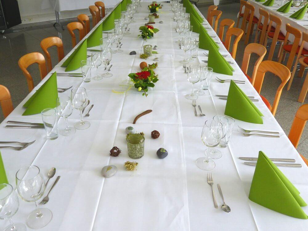 Tischdekoration einer festlich gedeckten Tafel