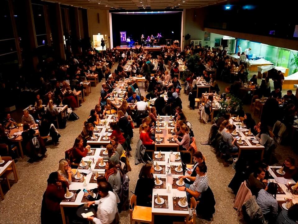 Ansicht auf den voll besetzten Speisesaal bei Kerzenschein