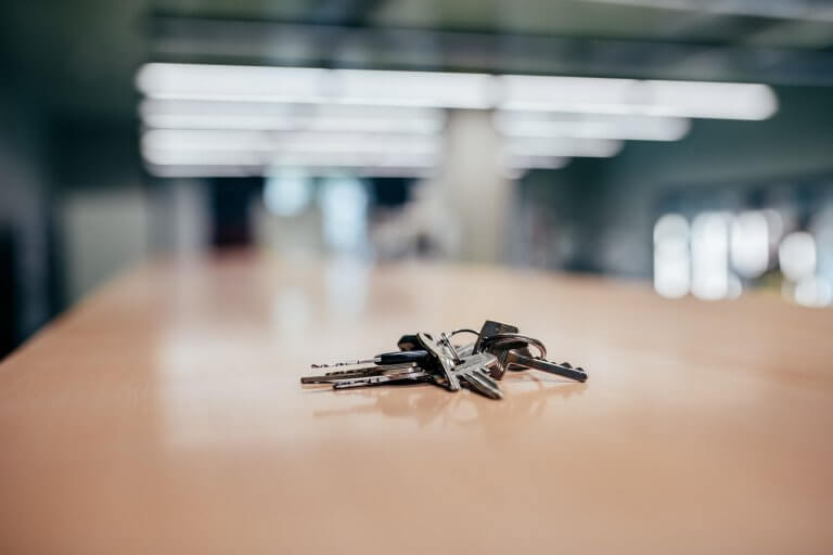 Ein Schlüssel liegt auf einem Tisch