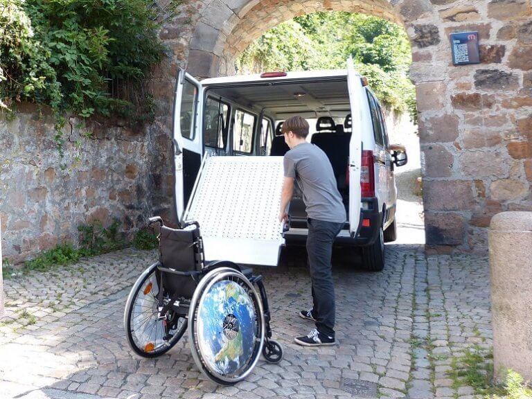 Rollstuhl vor Bus